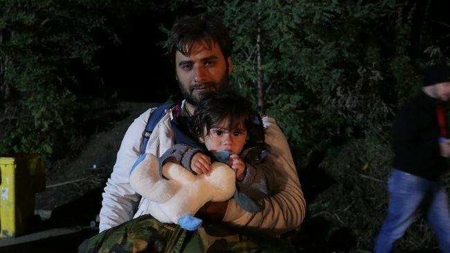 子どもを抱えたを抱えた父親
