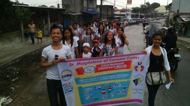 子どもの権利の大切さを呼びかけるパレードを行いました。