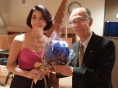 高嶋ちさ子さんに髙田理事長から花束をお渡ししました。